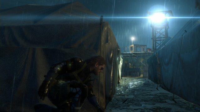 Die Zeltwand schützt Snake vor Entdeckung.