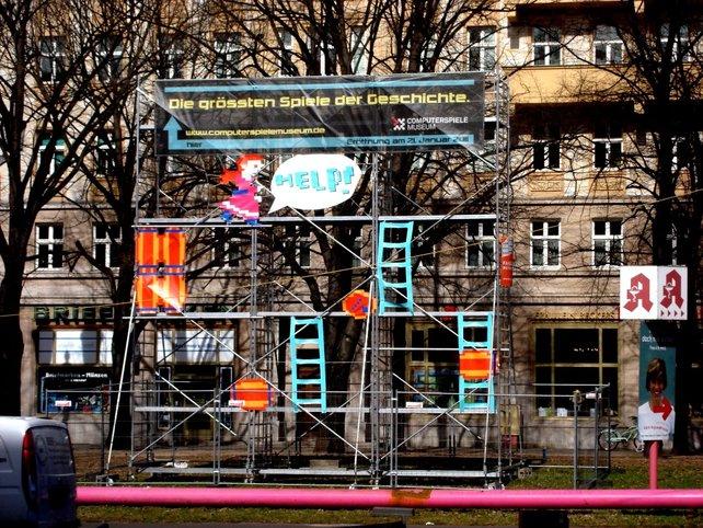 Peach weist in Berlin die Richtung zum Computerspielemuseum.