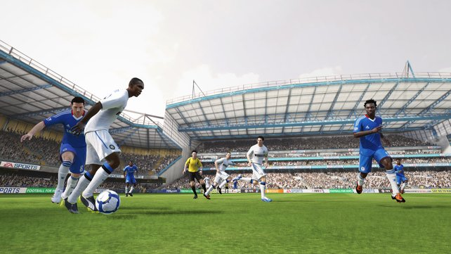Realismus: Präzise Pässe in die Spitze gelingen seltener als in FIFA 10.
