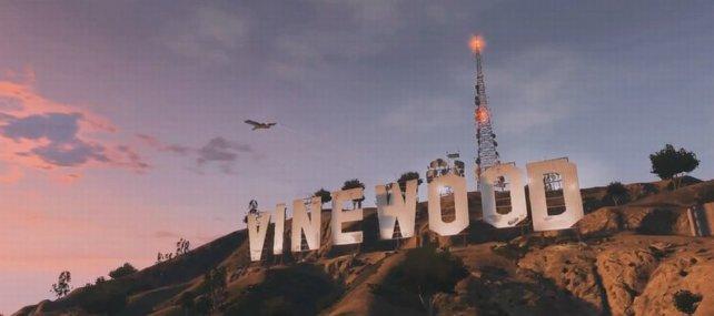 Direkt hinter dem Vinewood-Schild thront der Funkturm der Radiostationen.