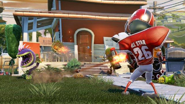 Der All-Star-Zombie ballert wie wild mit Football-Eiern um sich - das gefällt den Pflanzen im Vorgarten nicht wirklich.