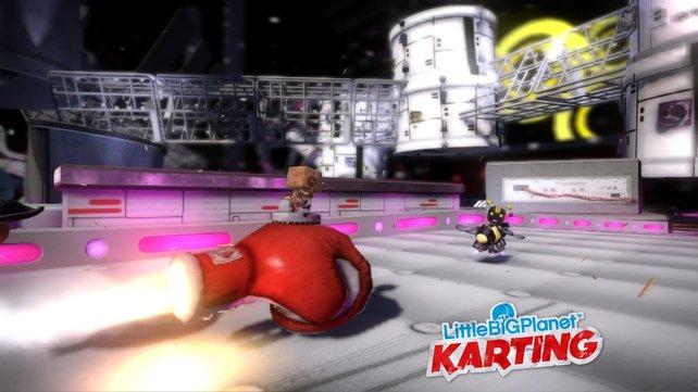 In Karting gibt es viele verrückte Waffen, wie diesen fliegenden Boxhandschuh.