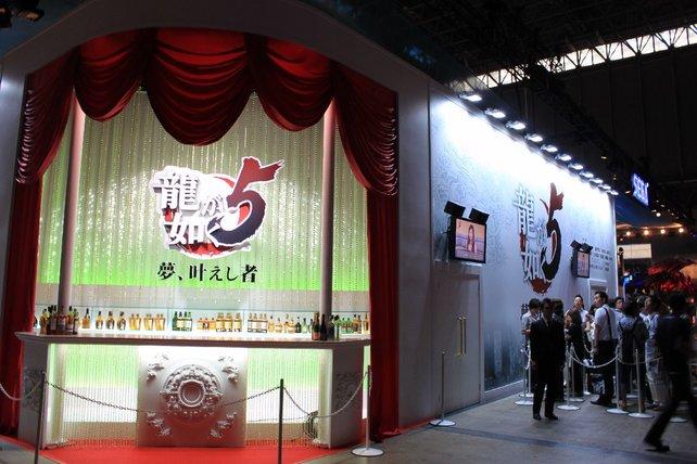 Bei Sega gibt's ein Kino für Yakuza 5 samt Anspielmöglichkeiten.