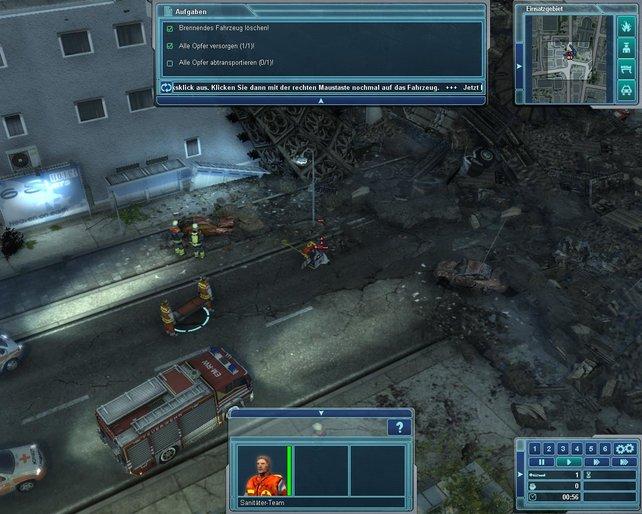 Der erste Einsatz: Brennendes Wrack löschen und Verletzten versorgen.