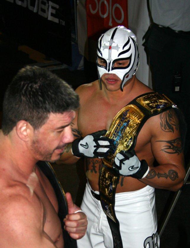 Rey Mysterio als Tag Team Champion. Neben ihm steht sein Partner Eddie Guerrero.