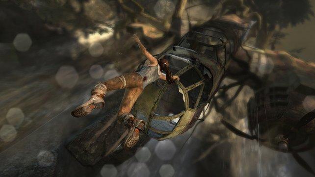 Mit letzter Kraft hält sich Lara fest.