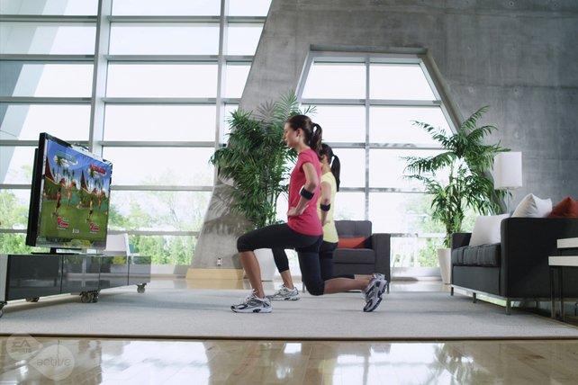 Zu zweit zu trainieren macht mehr Spaß. Ihr braucht allerdings ein großes Wohnzimmer.