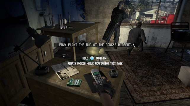 Während Ben und Eddie abgelenkt sind, verwanzt Kim heimlich das Telefon der Verbrecher.