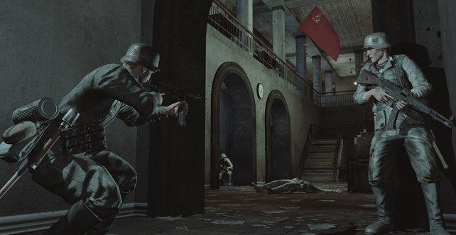 Hier schleichen sich zwei Deutsche Soldaten in ein von Russen besetztes Gebäude.