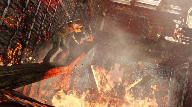 Drake versucht über einen brennenden Balken zu seinem Mentor Sullivan zu gelangen.
