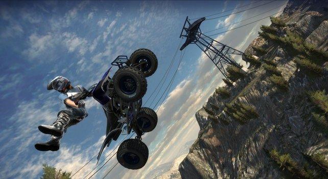 In der Luft ist der Fahrer auch schon mal neben seinem ATV.
