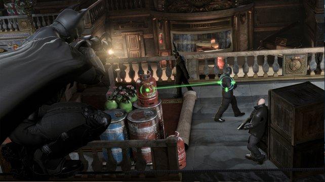 Mit der Fernlenkkralle koppelt Batman diesem Schurken eine Gasflasche an den Allerwertesten.