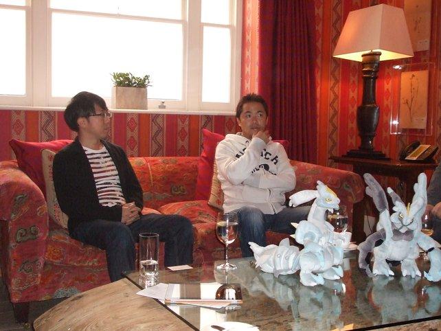 Unno Takao und Junichi Masuda stehen spieletipps für ein Gespräch zur Verfügung.
