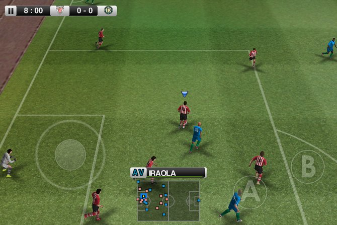 PES 2012 mit virtuellem Joystick auf dem iPhone.