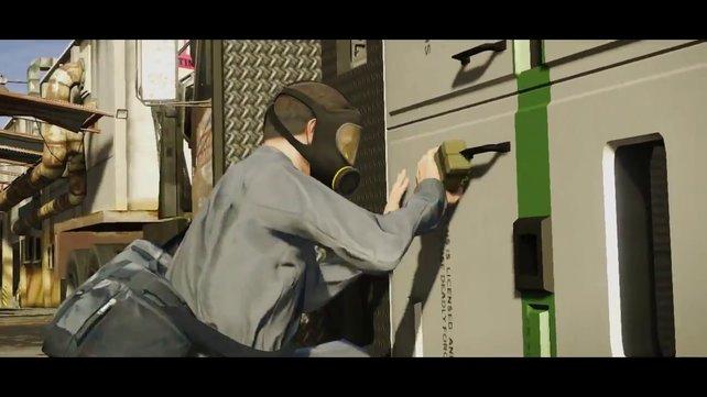 Eine maskierte Person, offenbar Michael, bringt einen Sprengsatz an.