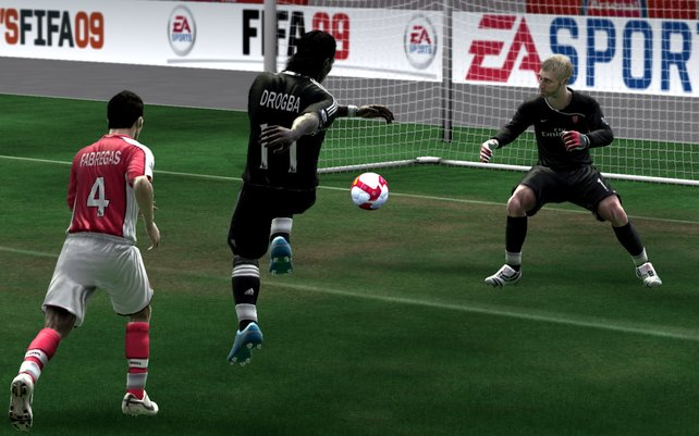 Drogba lässt dem Arsenal Keeper keien Chance.