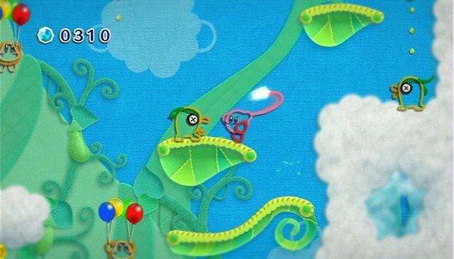 Kirby schlägt mit seinem Garnhaken zu.