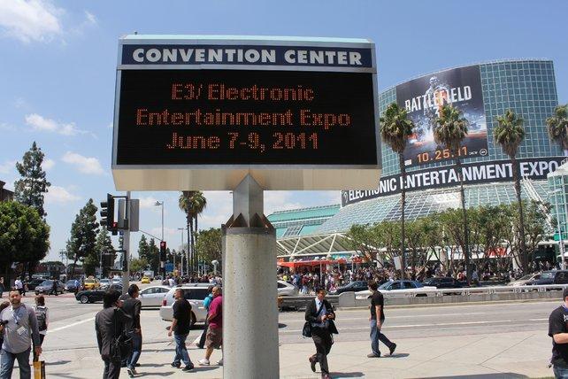 Über dem Eingang zur Südhalle des Messegebäudes wirbt EA für Battlefield 3.