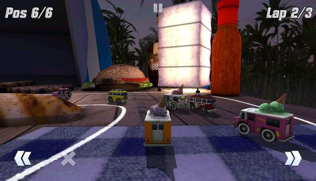 Mit euren Minivehikeln rast ihr über Tische, vorbei an Burgern und Ketchupflaschen.