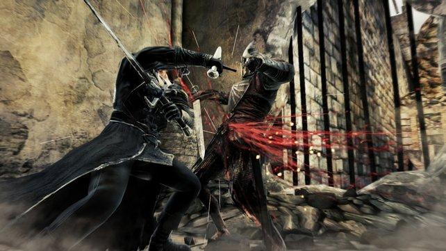 Der Schwertkämpfer ficht mit zwei Schwertern auf einmal.