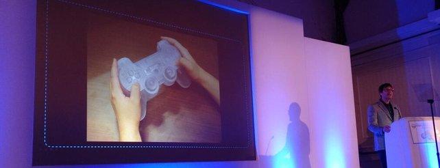 PlayStation 4: Sony stellt riesigen Dualshock-Controller her