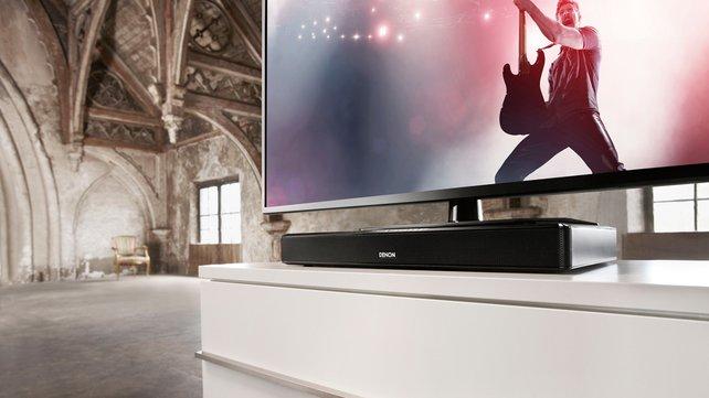 Denons TV Speaker Base DHT-T100 bringt satten Fernsehsound und passt unter die meisten TV-Geräte.