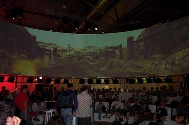 Der Messestand von EA mit der riesigen 360 Grad Leinwand