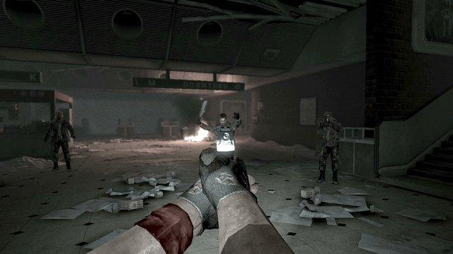 Riskantes Spiel, denn der Bursche rechts hat ebenfalls eine Pistole.