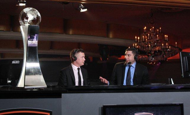 Ein fetter Pokal und zwei Moderatoren im hitzigen Gespräch: Das sieht fast aus wie beim Fußball.