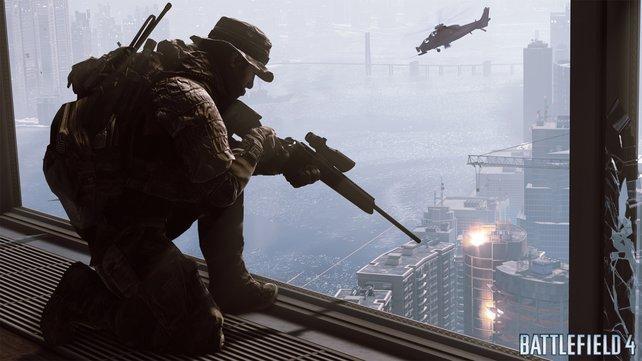 Der Scharfschütze macht es sich auf einem Balkon gemütlich.