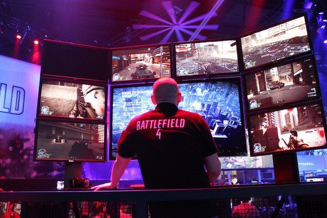 """Am Messestand von EA bekam der """"Commander"""" eine Anspielstation mit 9 Monitoren."""