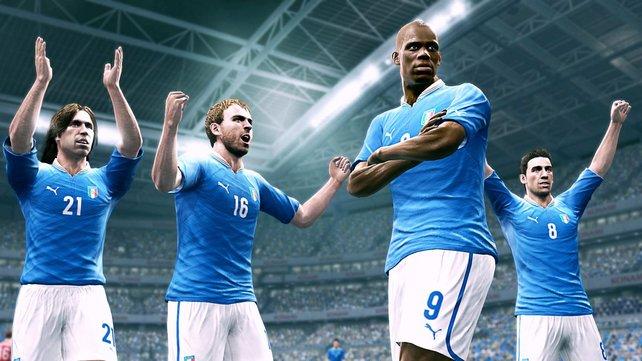 Die Spieler laufen sich sehenswert und anspielbereit frei. Kein Grund so grimmig zu gucken, Balotelli.