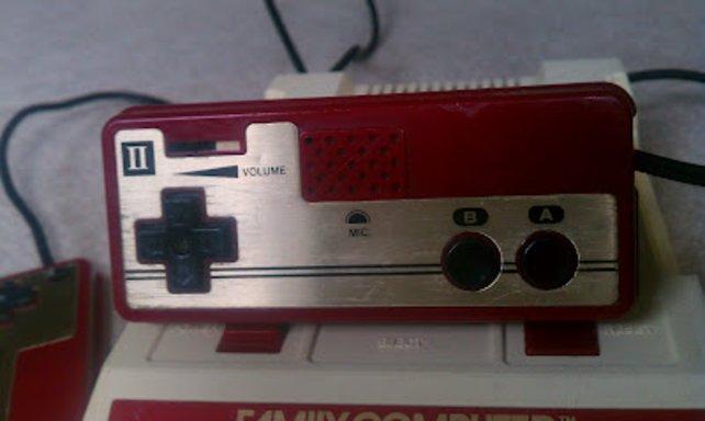 Die Famicom-Controller sind nicht austauschbar wie die des NES, sondern fest verbunden mit der Konsole.