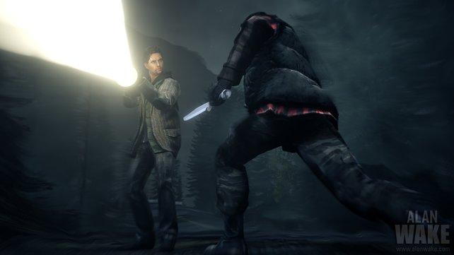 Ein Besessener attackiert euch mit einem Messer. Jetzt schnell die Taschenlampe auf den Widersacher halten.