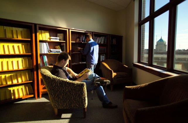 Die Bibliothek des Studios hilft bei Recherche-Arbeiten.