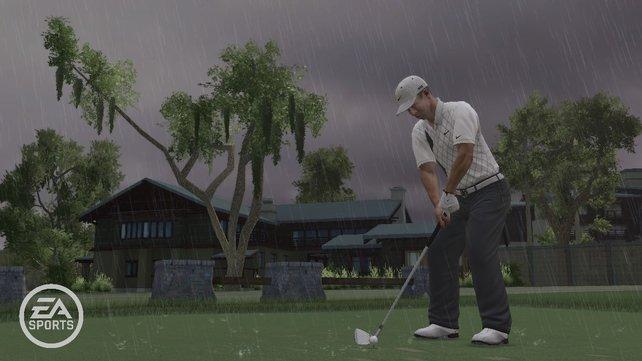 Regen zieht über die Golf-Landschaft.