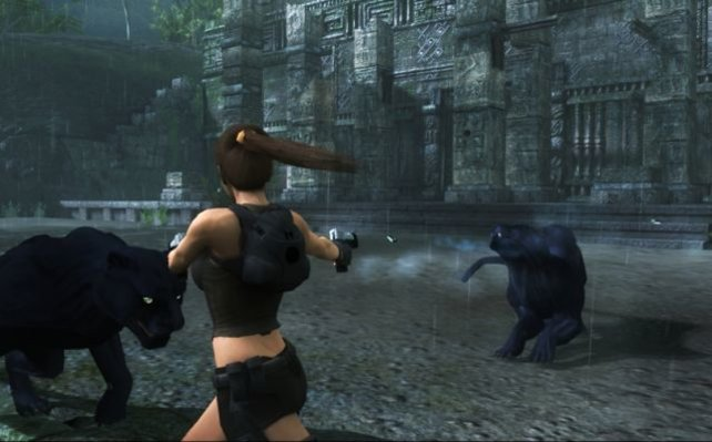 Gegen die Waffen einer Frau haben auch die zwei schwarzen Raubkatzen keine Chance.