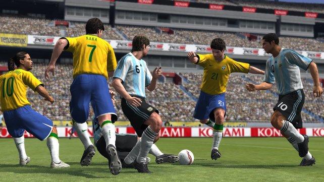 Argentinien und Brasilien laufen mit Originalnamen auf, die deutsche Elf leider nicht.