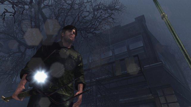Murphy Pendleton durchstreift Silent Hill mit der Taschenlampe.