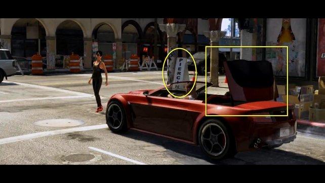 Neben einem Piercing-Geschäft fährt ein Cabrio sein Verdeck ein.