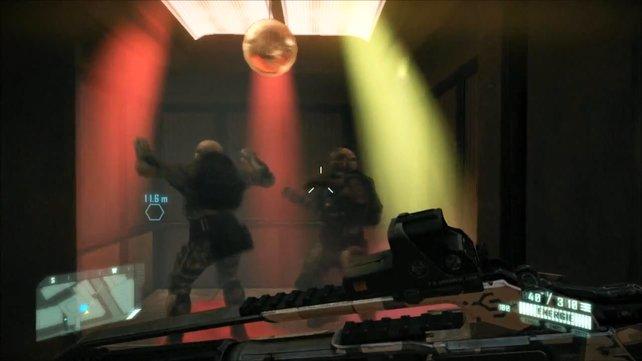 Sollte öfter zu sehen sein: tanzende Soldaten im Fahrstuhl.