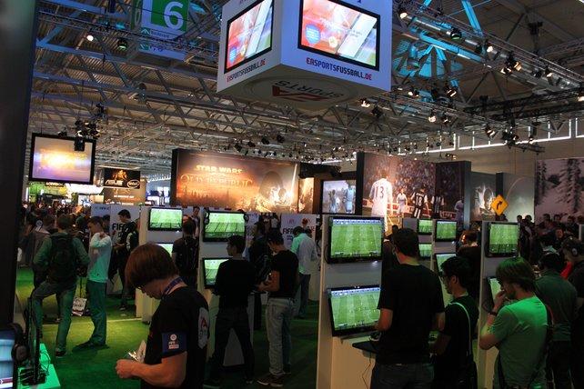 Der Stand von Electronic Arts beeindruckt mit riesigen Ausmaßen.