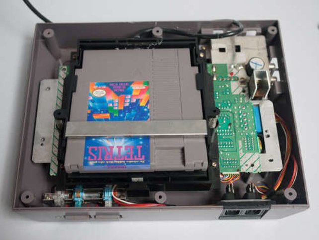 Wenn ihr das NES aufschraubt, wird deutlich, wie die Kassetten in der Konsole verankert sind.