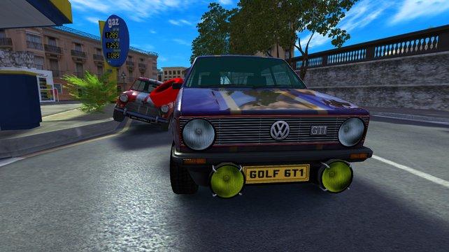 Ein Golf GTI behauptet sich vor einem Mini.