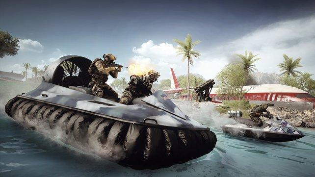 Mit seinem Maschinengewehr nimmt der Schütze den Jetski-Fahrer vom Amphibienfahrzeug aus unter Feuer.