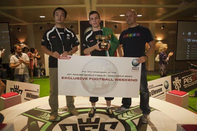 Der Sieger aus Portugal neben Chef-Producer Seabass und Team-Leader Jon Murphy.