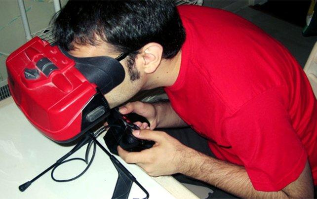 Wer in den Virtual Boy guckt, ist für seine Umwelt erstmal wie gestorben.