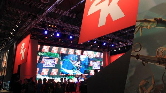 Der Stand von 2K Games versteckt sich in großen Boxen, die in der Mitte durch einen Bühnenbereich unterbrochen sind.