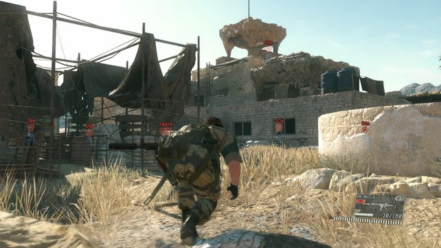 Grasbüschel und Mauern bieten Sichtschutz vor wachsamen Soldaten. Doch tagsüber entdecken sie euch weitaus schneller.