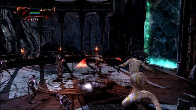 Dutzendweise hackt Kratos mit seinen scharfen Klingen auf seine Gegner ein.